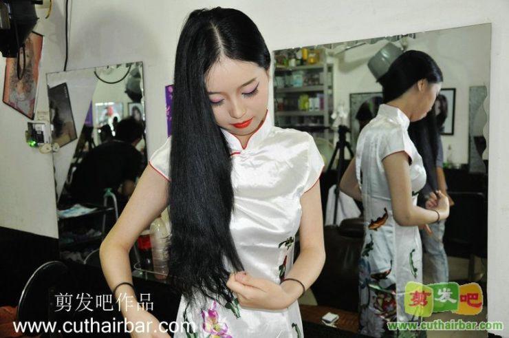 两美女剪发_标清_浓妆小美女剪汉奸头-剪发吧115#(2)